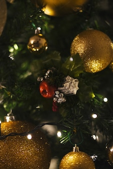 Árvore de cristmas de decoração perto de bolas douradas