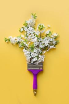 Árvore de fruto de florescência branca do conceito criativo como estações da pintura pelo pincel no amarelo.