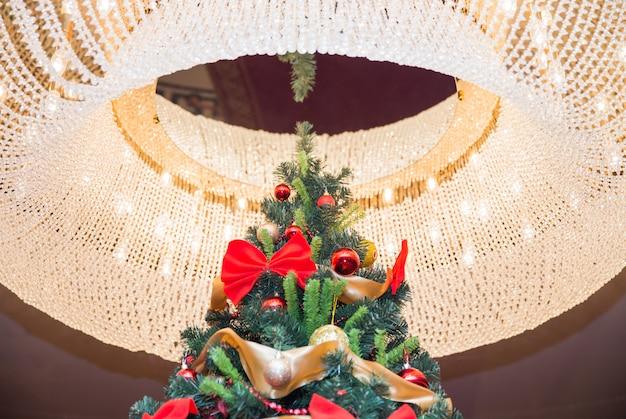 Árvore de natal alta com brilho