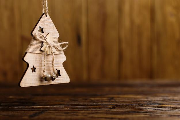 Árvore de natal artesanal em uma mesa de madeira.