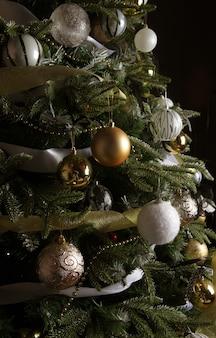 Árvore de natal. bolas de prata e ouro.