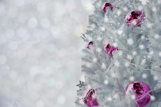 Árvore de natal branca decorada no fundo claro branco borrado.