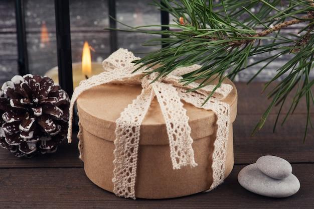 Árvore de natal, caixa de presente e vela