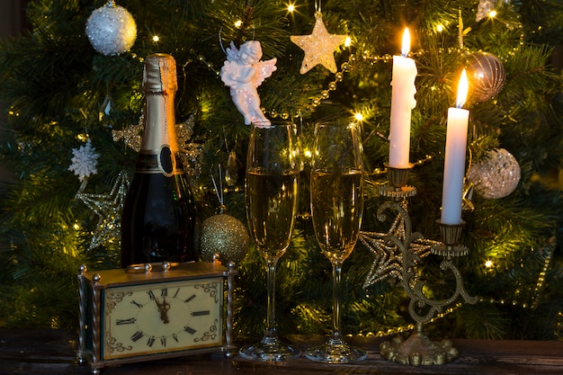 Árvore de natal, champanhe, copos, velas