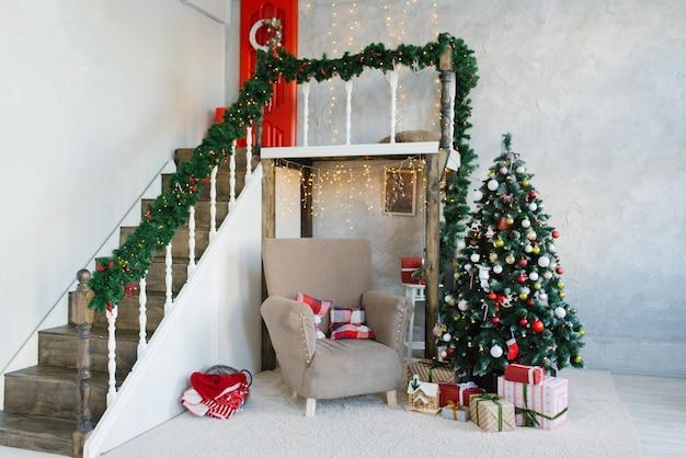 Árvore de natal clássica tradicional e poltrona bege
