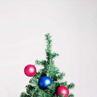 Árvore de natal com bolas azuis e rosa