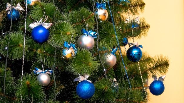 Árvore de natal com bolas coloridas, fundo de natal