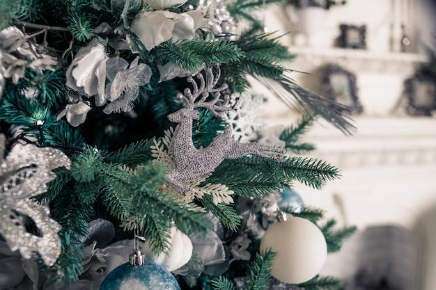 Árvore de natal com branco ballsr.feliz ano novo.