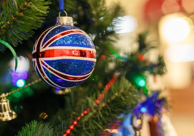 Árvore de natal com brinquedos de natal à imagem da bandeira britânica. fundo de comemoração de ano novo.