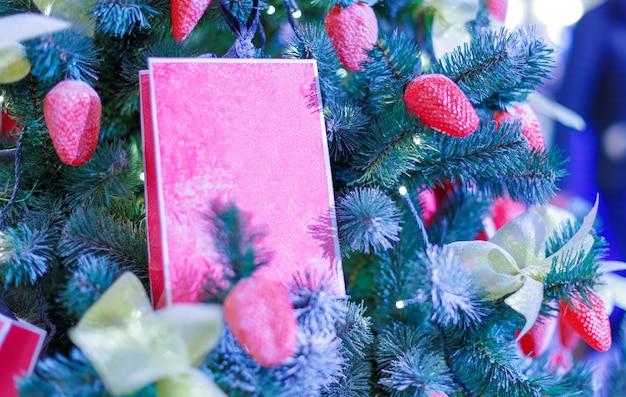 Árvore de natal com brinquedos de natal. fundo de comemoração de ano novo. foto closeup de árvore de natal decorada com brinquedos de natal