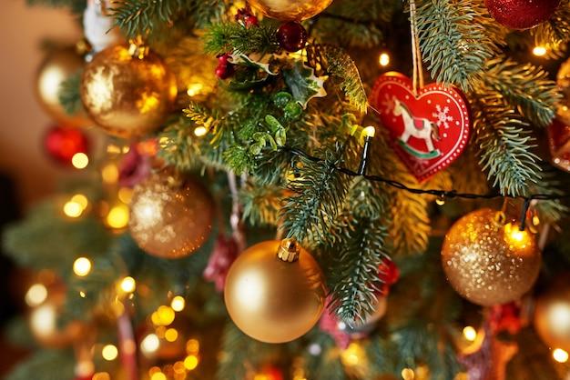 Árvore de natal com brinquedos. modelo de cartão de felicitações árvore de natal com brinquedos. modelo de cartão