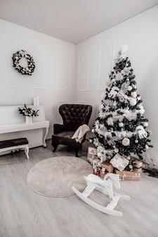 Árvore de natal com caixas de presente. decorações de ano novo. interior do ano novo.