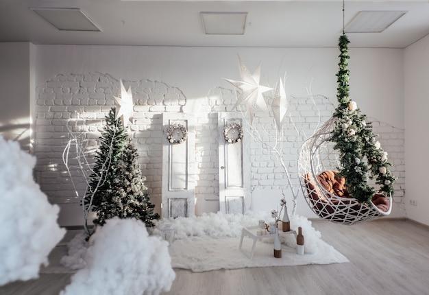Árvore de natal com caixas de presente. decorações de ano novo. interior luxuoso de ano novo.
