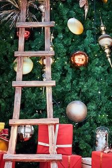 Árvore de natal com couro e presentes