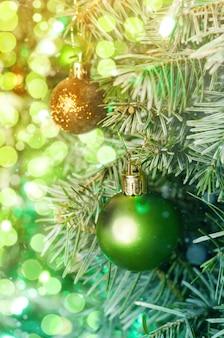 Árvore de natal com decoração. ano novo.