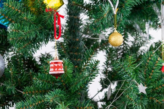 Árvore de natal com decoração clara e ornamento de espelho