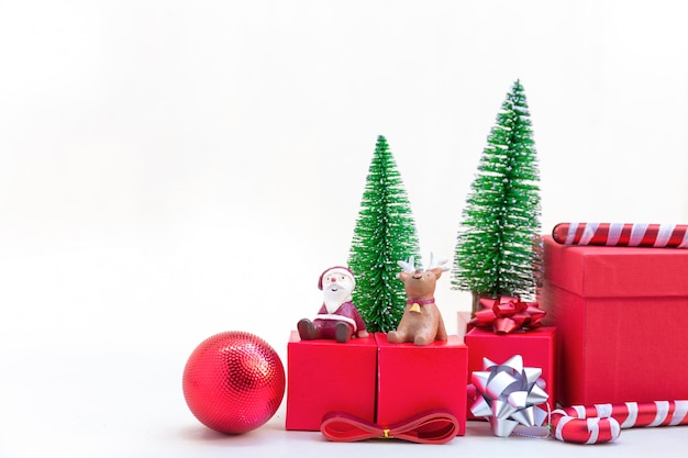 Árvore de natal com decoração de natal com vermelho caixa de pacotes de embalagem.