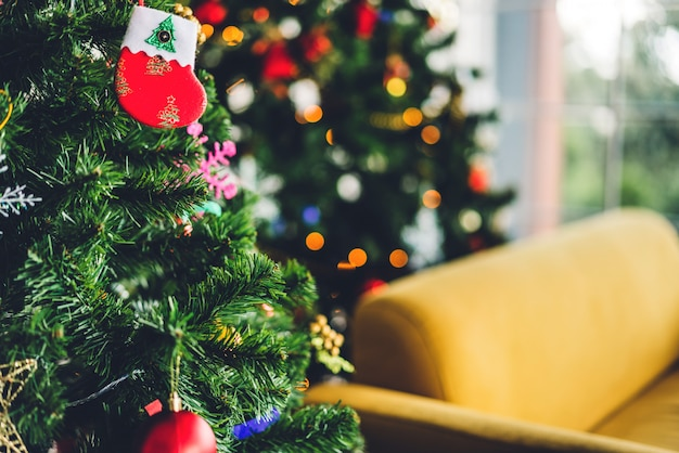 Árvore de natal com decoração de natal em casa