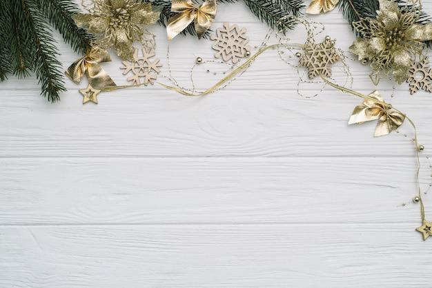 Árvore de natal com decoração e brilhos em fundo de madeira.