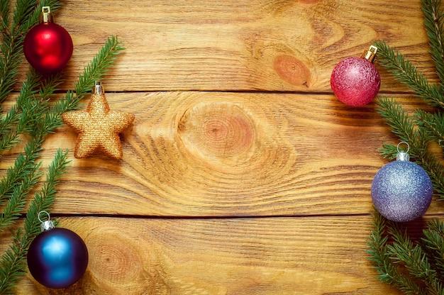 Árvore de natal com decoração em uma placa de madeira. brinquedo de natal. ano novo.