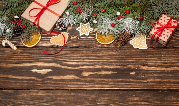 Árvore de natal com decoração em uma placa de madeira. copiar espaço para texto