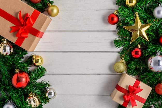 Árvore de natal com decoração na placa de madeira branca