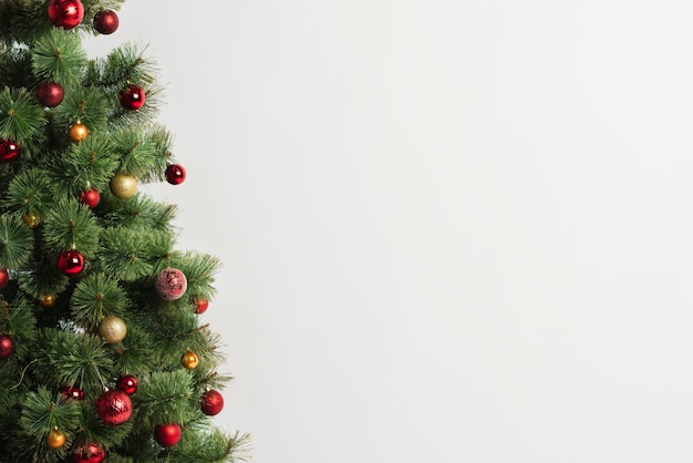 Árvore de natal com enfeites copie o espaço