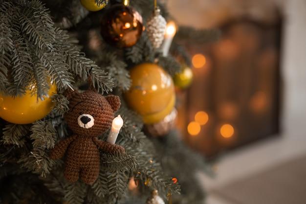 Árvore de natal com enfeites de férias.