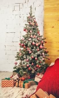 Árvore de natal com enfeites e presentes. foco seletivo.