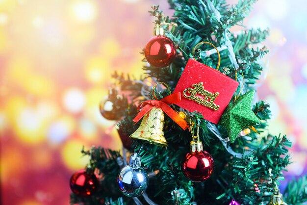 Árvore de natal com estrela de caixa de presente de bola e luzes decoradas celebração do festival de férias de pinheiro em casa interior