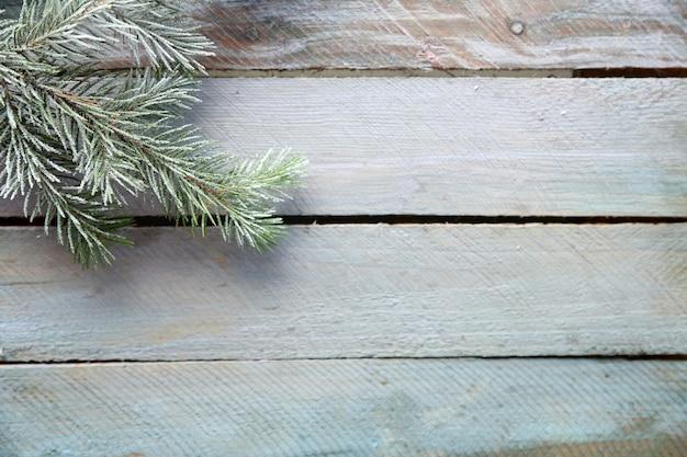 Árvore de natal com geada na velha mesa de madeira