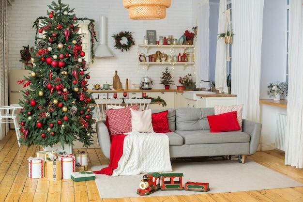 Árvore de natal com interior em estilo escandinavo