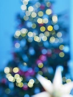 Árvore de natal com luzes desfocadas e estrela