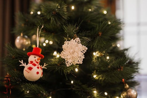 Árvore de natal com pequenas luzes e brinquedos