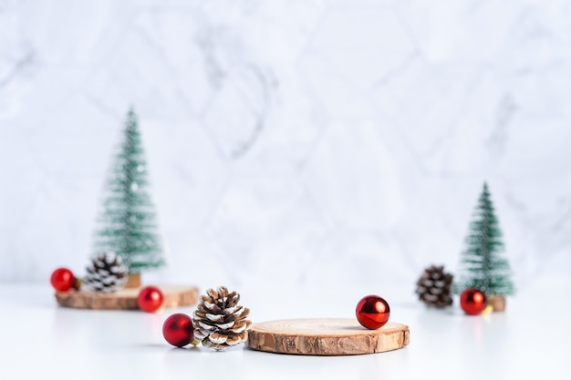 Árvore de natal com pinha e decoração bola de natal e placa de madeira vazia