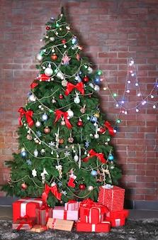 Árvore de natal com presentes em uma sala