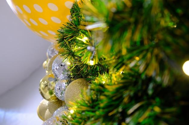 Árvore de natal com quinquilharia de prata
