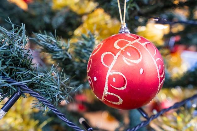 Árvore de natal com uma bela decoração de natal em fundo desfocado, bokeh, close-up, espaço de cópia (espaço de texto)