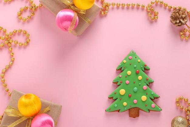 Árvore de natal comestível, pão de mel, feliz ano novo, fundo rosa, espaço de cópia