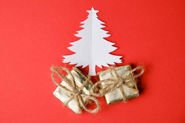 Árvore de natal cortada de papel com duas caixas