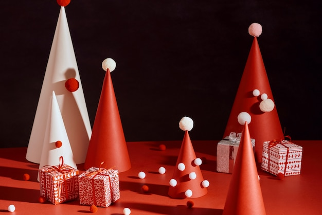 Árvore de natal criativa feita de papel com fundo vermelho