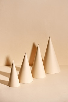Árvore de natal criativa feita de papel em superfície bege