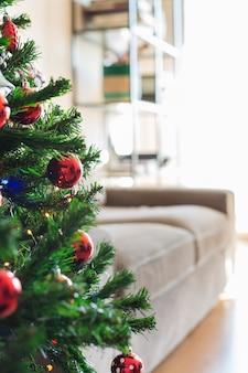 Árvore de natal de ano novo em uma sala de estar dentro de casa