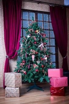 Árvore de natal de comprimento total e caixas de presente.