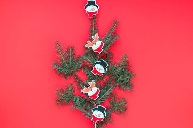 Árvore de natal de galhos com brinquedos