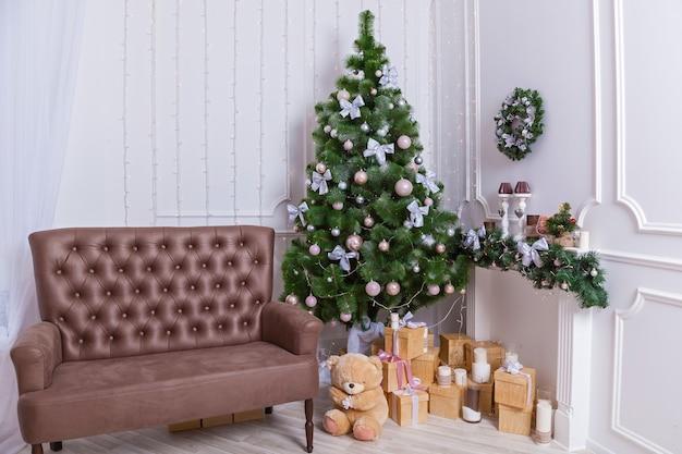 Árvore de natal de interior de ano novo, presentes e brinquedos sob a árvore de natal c