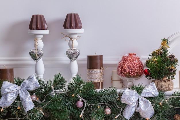 Árvore de natal de interior de ano novo, presentes e brinquedos sob a árvore de natal