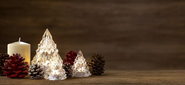Árvore de natal de vidro moderna com luzes na mesa de madeira com parede para alegres chirstmas e ano novo