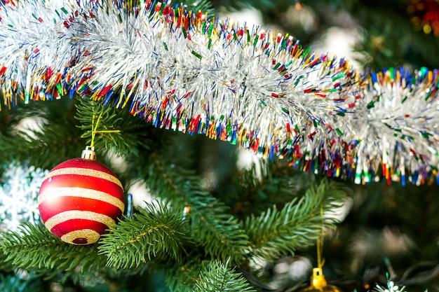 Árvore de natal decorada brilhante e fundo de fada