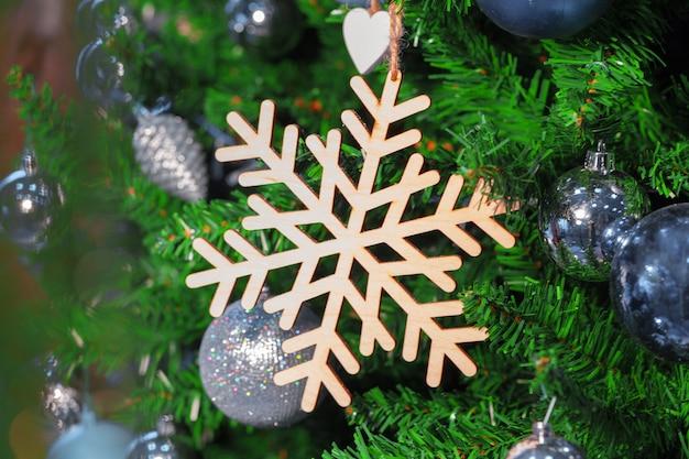 Árvore de natal decorada closeup.